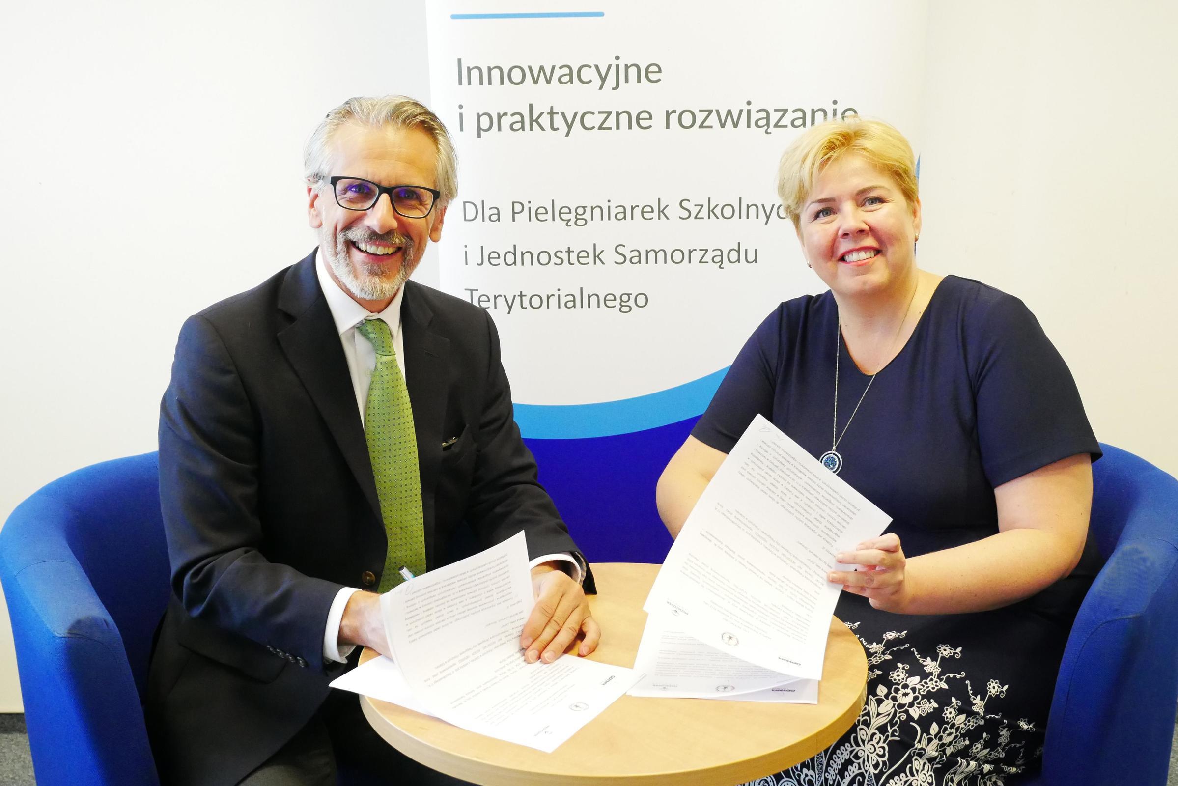 Od lewej: Marcin Radziwiłł, prezes Fundacji Medicover i Anna Czarnecka, przewodnicząca Okręgowej Izby Pielęgniarek i Położnych w Gdańsku, fot. materiały prasowe