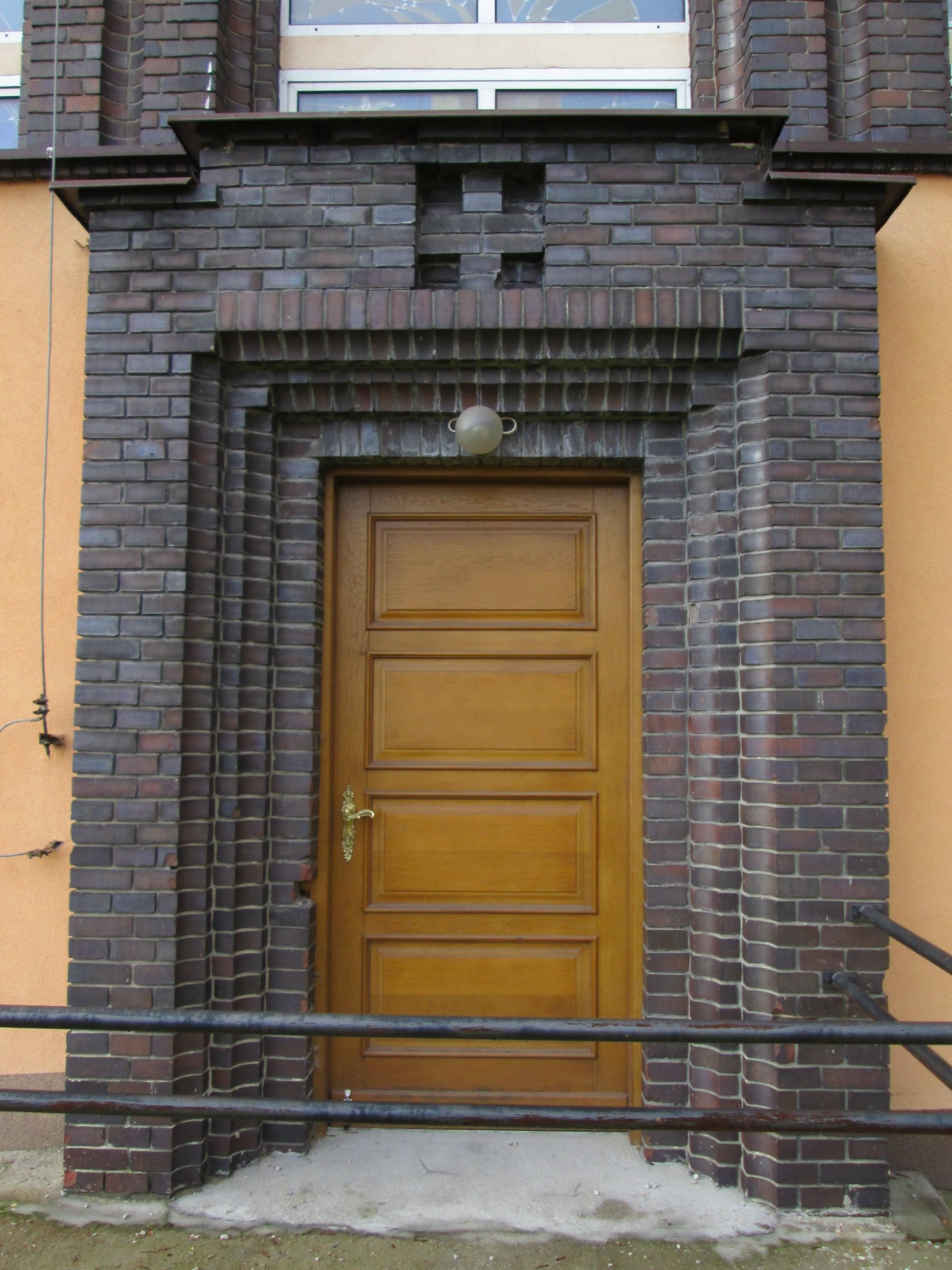 Portal kościoła garnizonowego na Oksywiu z lat 30. XX w., dekorowany cegłami klinkierowymi o specjalnych kształtach.