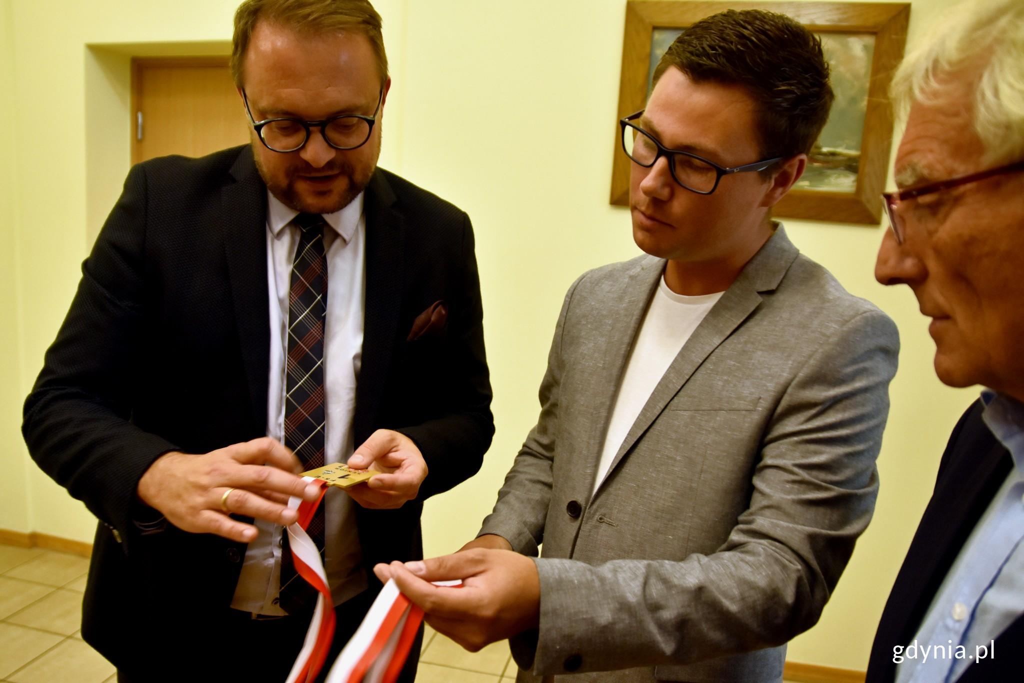 Podczas spotkania Jan Springer zaprezentował wiceprezydentowi Łucykowi zdobyte medale // fot. Paweł Kukla