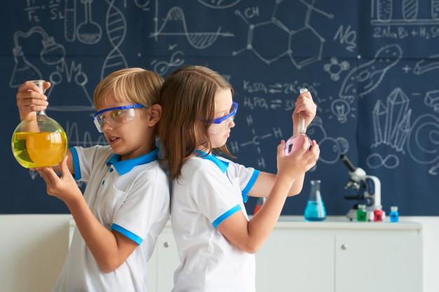 Eksperymenty dzieci, źródło: Freepik