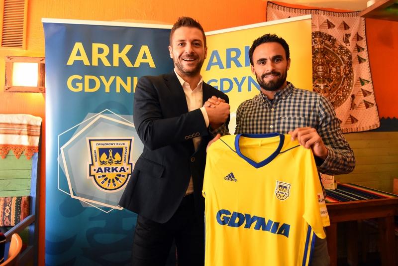 Prezes Arki, Wojciech Pertkiewicz i Enrique Esqueda po podpisaniu kontraktu, fot. www.arka.gdynia.pl