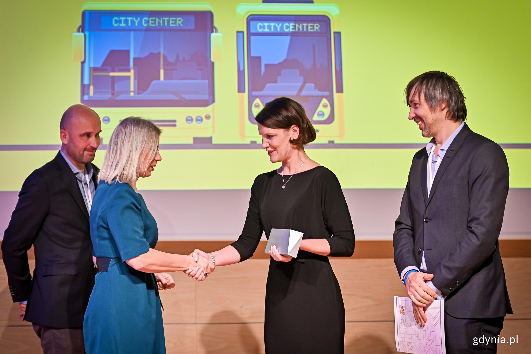 Wieczorna gala wręczenia nagród liderom lokalnej e-mobilności w polskich miastach - Katarzyna Gruszecka Spychała i Elżbieta Bieńkowska, fot. Jacek Klejment