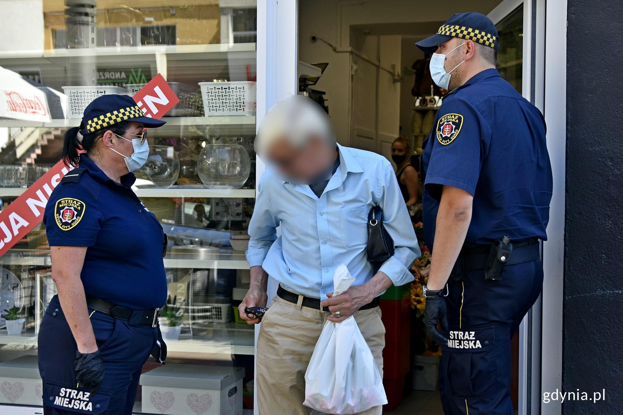 Straż Miejska w Gdyni sprawdza przestrzeganie zasad bezpieczeństwa, fot. Magdalena Czernek