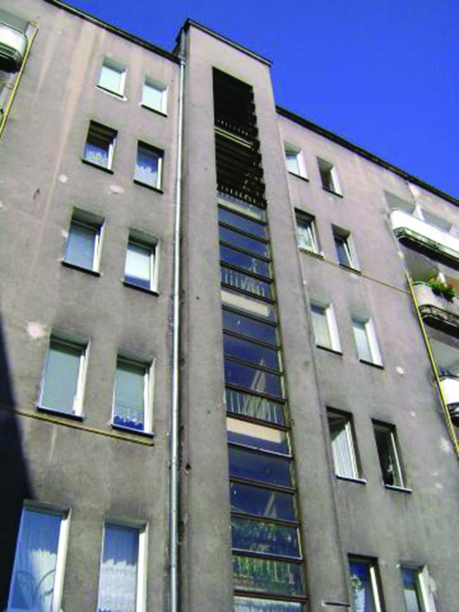 Uchylne okna klatek schodowych w budynku przy ul. 3 Maja 27-31 (Śródmieście)