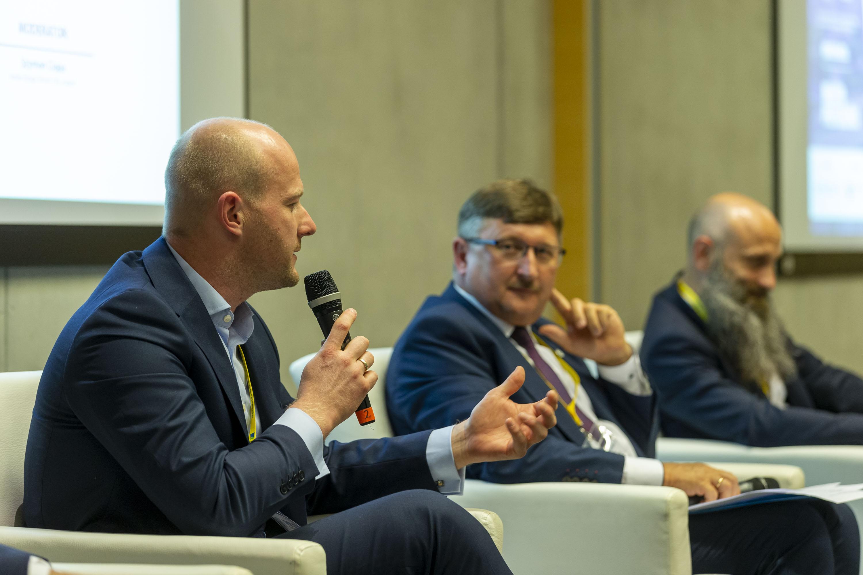 Wiceprezydent Bartosz Bartoszewicz podczas panelu, fot. Andrzej Bożecki / Samorządowe Forum Kapitału i Finansów