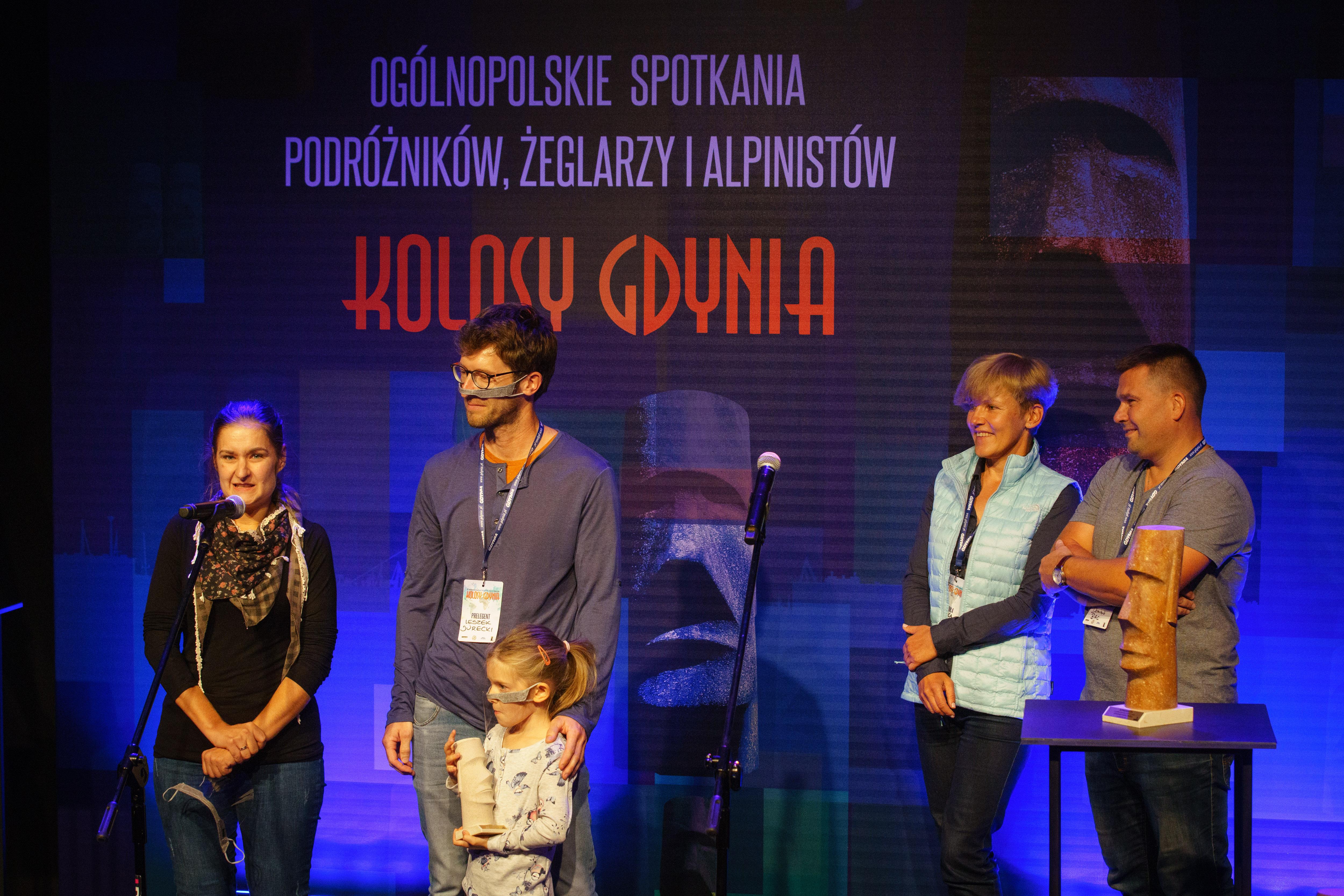Dagmara, Dobrawa i Leszek Jureccy na scenie ze statuetką. Z nimi członkowie kapituły Kolosów // fot. Anna Rezulak