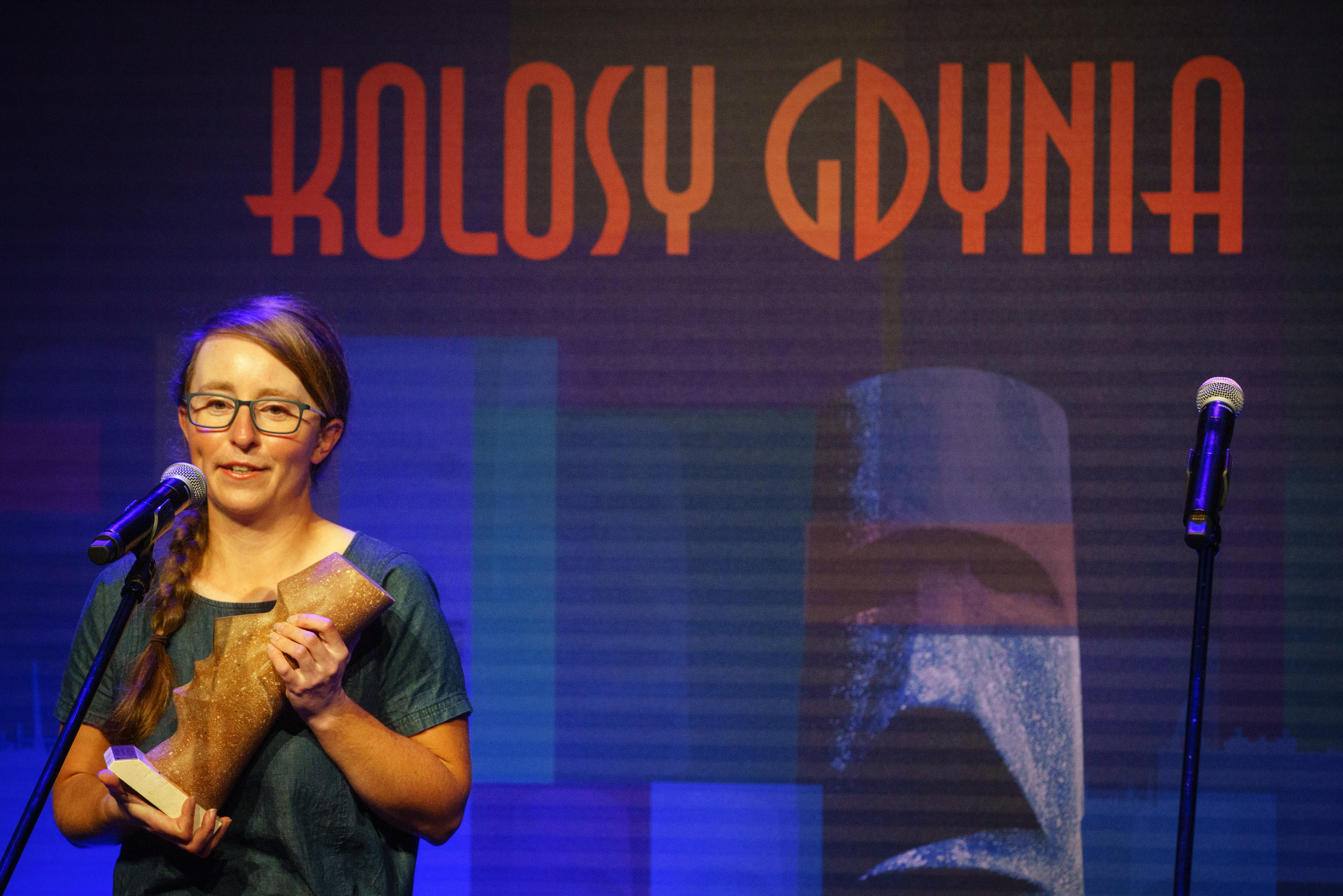 Agnieszka Dziadek ze statuetką Kolosa w rękach // fot. Anna Rezulak