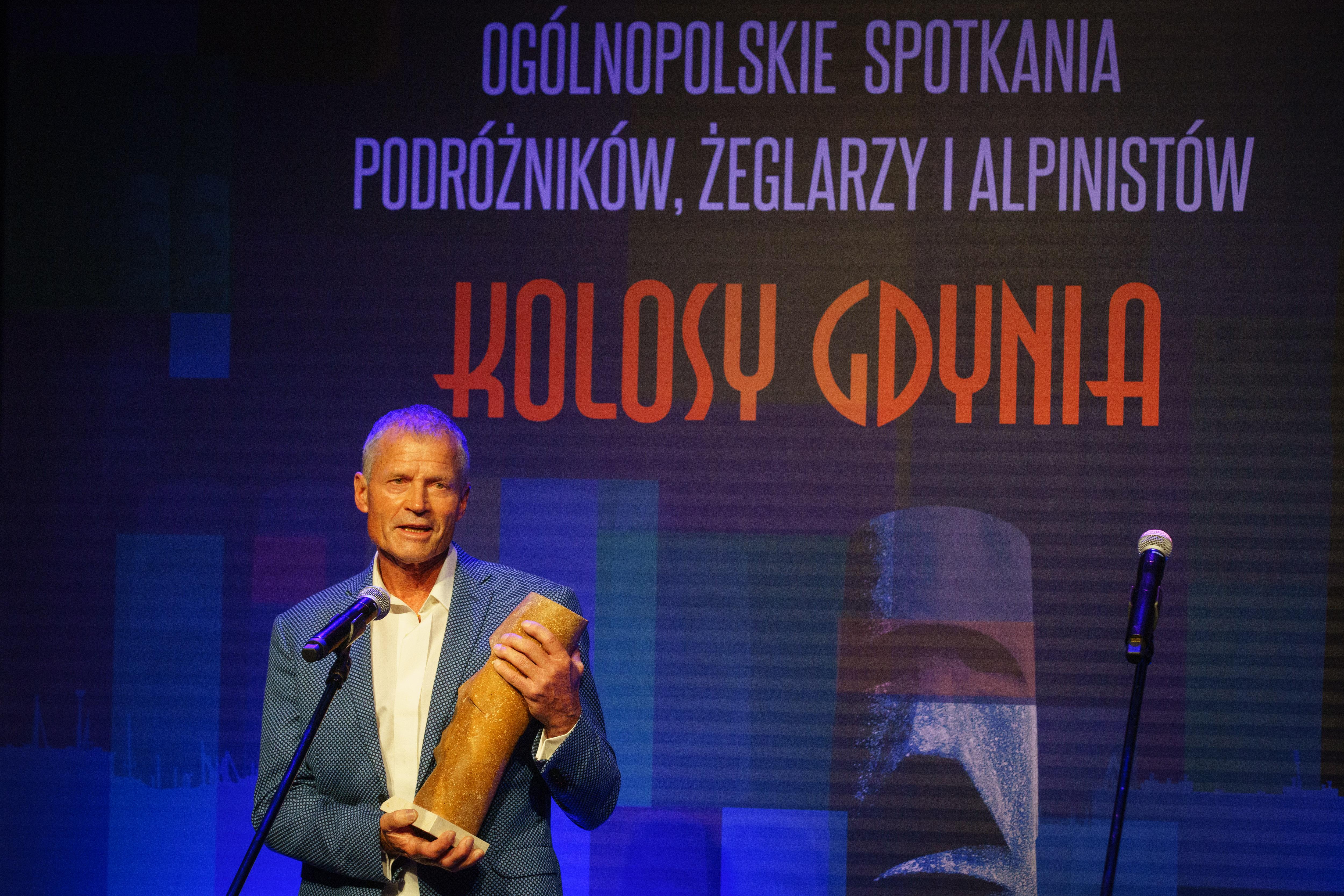Ryszard Pawłowski z Super Kolosem w rękach przemawia ze sceny // fot. Anna Rezulak
