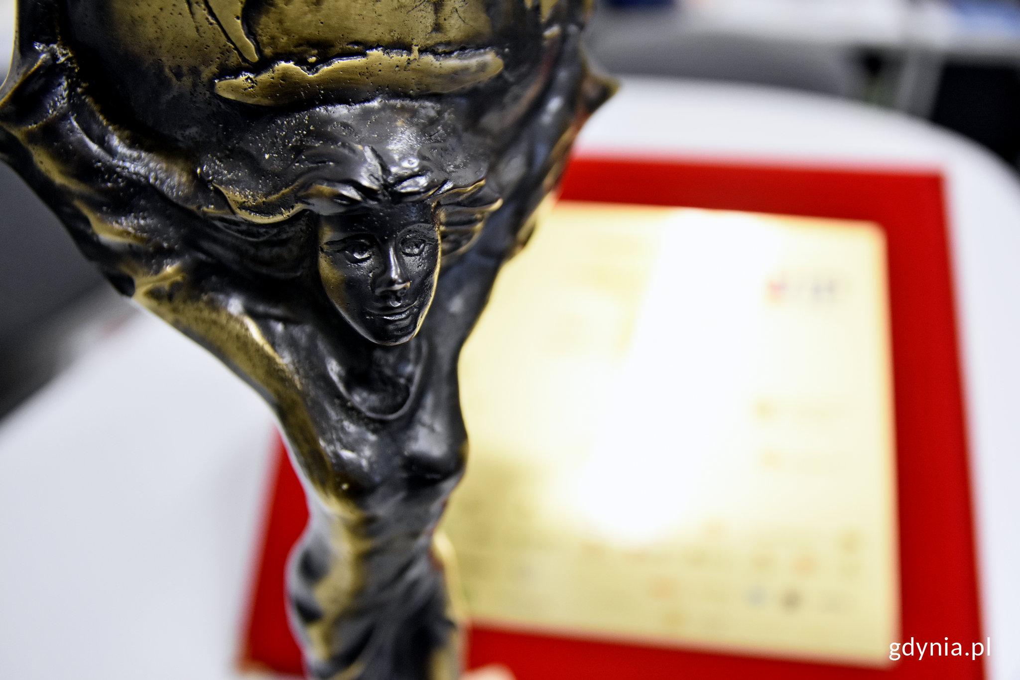 Statuetka Superwiktoria przyznana prezydentowi Gdyni Wojciechowi Szczurkowi // fot. Kamil Złoch