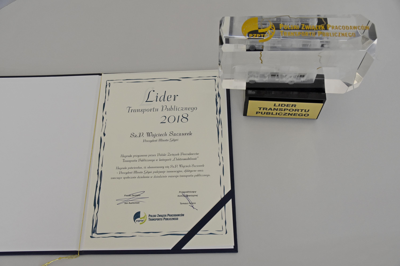 Nagroda i dyplom Lider Transportu Publicznego dla pezydenta Gdyni Wojeciecha Szczurka, fot. Michał Kowalski