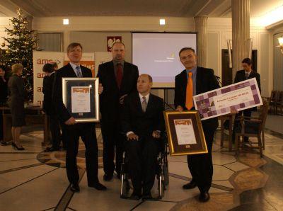 Gdynia została uznana za miasto najbardziej w Polsce przyjazne osobom z niepełnosprawnością, a Hala Sportowo - Widowiskowa GDYNIA uzyskała Nagrodę Główną w konkursie Polska Bez Barier 2009 na najlepiej dostosowany do możliwości osób niepełnosprawnych obie