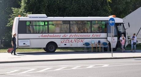 Ambulans do pobierania krwi przed Urzędem Miasta Gdyni / fot. Dorota Nelke