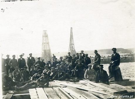 Robotnicy budujący Koszary Marynarki Wojennej i port wojenny na Oksywiu, fot. Roman Morawski, 1.05.1926 r. ze zbiorów Muzeum Miasta Gdyni