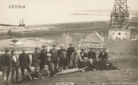 Robotnicy budujący Koszary Marynarki Wojennej i port wojenny na Oksywiu, fot. Roman Morawski, 1.05.1926 r. (ze zbiorów Muzeum Miasta Gdyni)