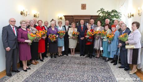 Prezydent Gdyni Wojciech Szczurek z jubilatami z godz. 13:00, fot. Marek Grabarz