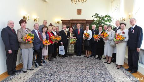 Prezydent Gdyni Wojciech Szczurek z jubilatami z godz. 15:00, fot. Marek Grabarz