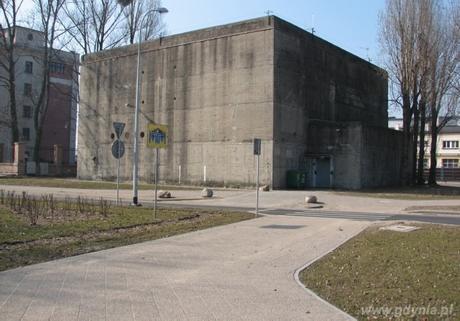 Nadziemny schron przeciwlotniczy typu T-750 z czasów II Wojny Światowej ul. Polska, róg Chrzanowskiego