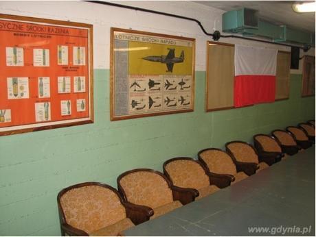 Sala sztabowa nadziemnego schronu przeciwlotniczego typu T-750