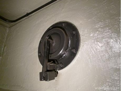 Automatycznie otwierana wywiewna klapa schronowa WKS-150, wypuszczająca zużyte powietrze na zewnątrz schronu