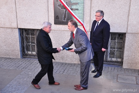 Prezydent Gdyni Wojciech Szczurek wręcza medal Civitas E Mari - tym, którzy odważnie realizują marzenia Marianowi Kwapińskiemu, fot. Michał Kowalski