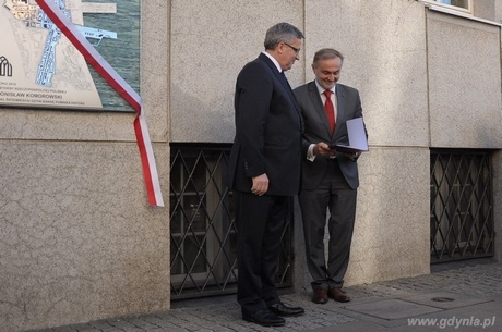Prezydent RP Bronisław Komorowski przekazuje tekst rozporządzenia nadający gdyńskiemu Śródmieściu tytułu Pomnika Historii, fot. Dorota Nelke