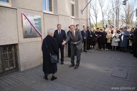 Prezydent Gdyni Wojciech Szczurek wręcza medal Civitas E Mari - tym, którzy odważnie realizują marzenia Joannie Stankiewicz-Kiełbińskiej, fot. Dorota Nelke