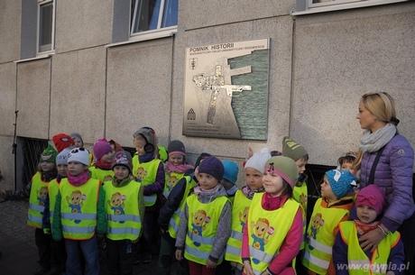 Gdyńskie przedszkolaki przed tablicą upamiętniającą nadanie Śródmieściu Gdyni tytułu Pomnika Historii, fot. Dorota Nelke
