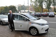 Wiceprezydent Gdyni Marek Stępa obok Renault ZOE, fot. Agnieszka Wołowicz