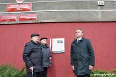 Prezydent Gdyni Wojciech Szczurek odsłania tablicę upamiętniającą działania antykomunistyczne młodzieżowych organizacji, fot. Dorota Nelke