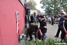 Kombatanci składają kwiaty pod tablicą upamiętniającą działania antykomunistyczne młodzieżowych organizacji, fot. Dorota Nelke