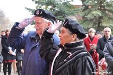 Kombatanci składają hołd pod tablicą upamiętniającą działania antykomunistyczne młodzieżowych organizacji, fot. Dorota Nelke