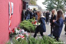 Uczniowie składają kwiaty pod tablicą upamiętniającą działania antykomunistyczne młodzieżowych organizacji, fot. Dorota Nelke