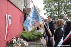 Uczniowie składają hołd pod tablicą upamiętniającą działania antykomunistyczne młodzieżowych organizacji, fot. Dorota Nelke
