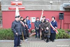 Kombatanci pod tablicą upamiętniającą działania antykomunistyczne młodzieżowych organizacji, fot. Dorota Nelke