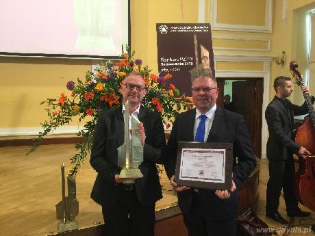 Od lewej wiceprezydent Gdyni Michał Guć i Markos Pagudis - prezes Agencji Rozwoju Gdyni z nagrodą
