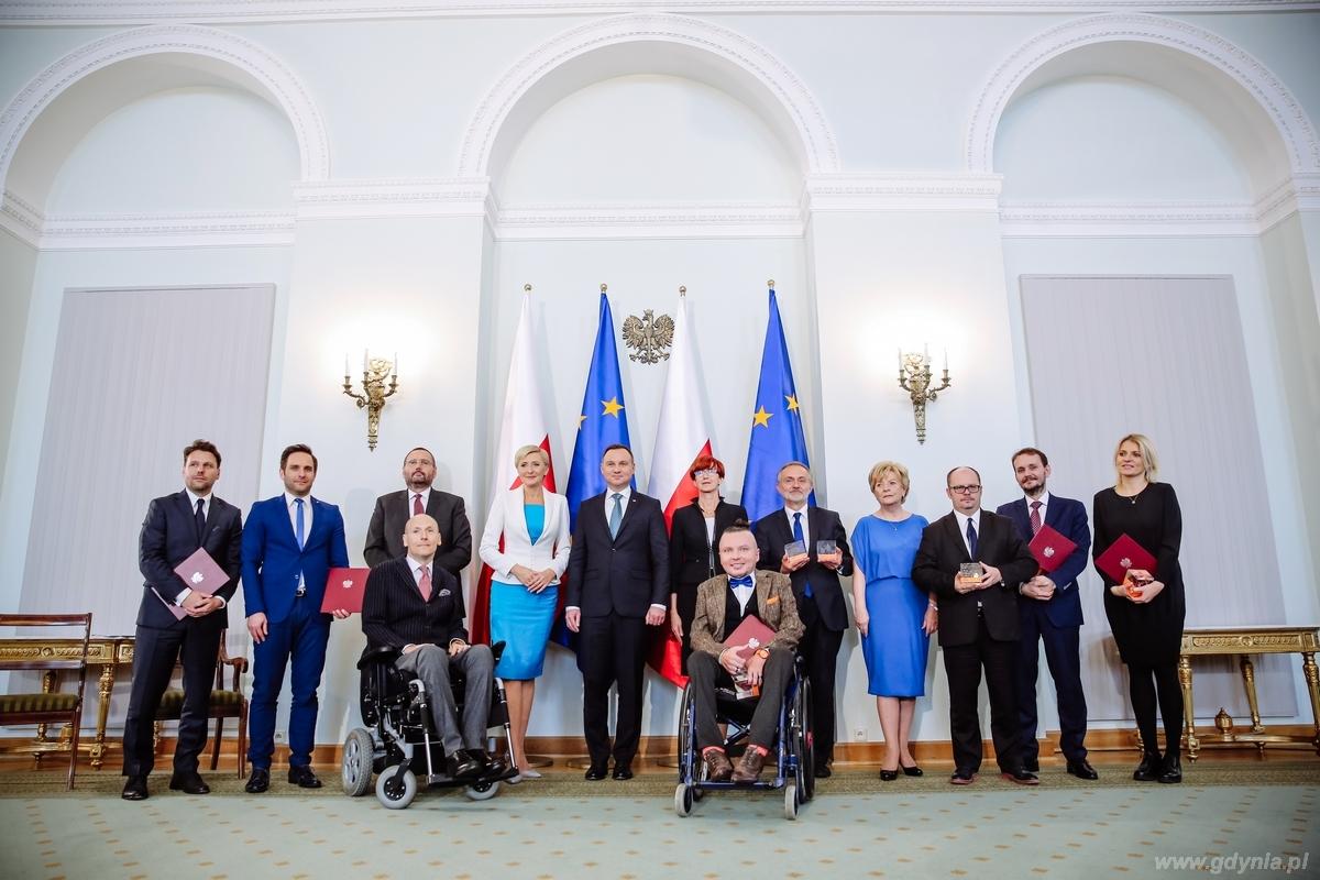 Gala Lider Dostępności. Zbiorowe zdjęcie laureatów konkursu / fot. Marta Kuśmierz - Integracja