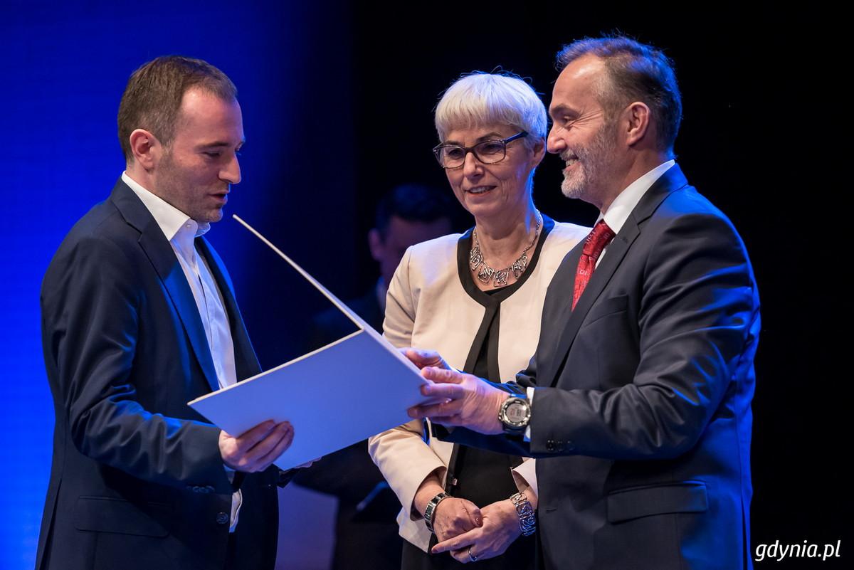 Prezydent Gdyni Wojciech Szczurek wręcza nagrodę Czas Gdyni inwestycja dla Euro Styl Development, za budynek biurowy TENSOR X przy ul. Łużyckiej 8A, fot. Dawid Linkowski