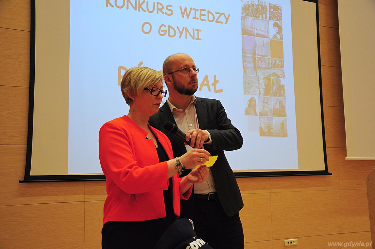 Losowanie nagród wśród uczestników półfinału Miejskiego Konkursu Wiedzy o Gdyni, fot. Michał Kowalski