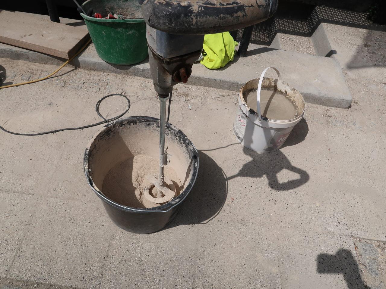 Przygotowywanie materiałów do uzupełnienia ubytków na elewacji, fot. Biuro Miejskiego Konserwatora Zabytków